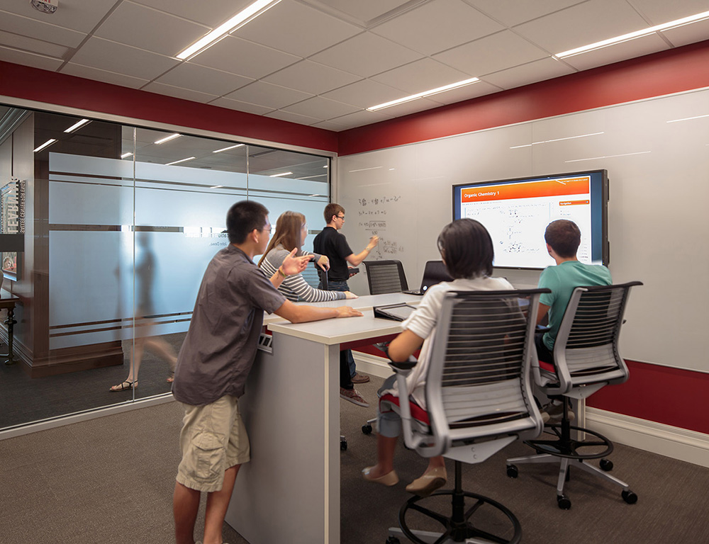 Group study room, William Jewell College Pryor Learning Commons (Gould Evans, photographer Aaron Dougherty)