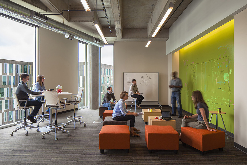 Informal collaboration space in the Cerner Continuous Campus (Gould Evans, photographer Art Gray)